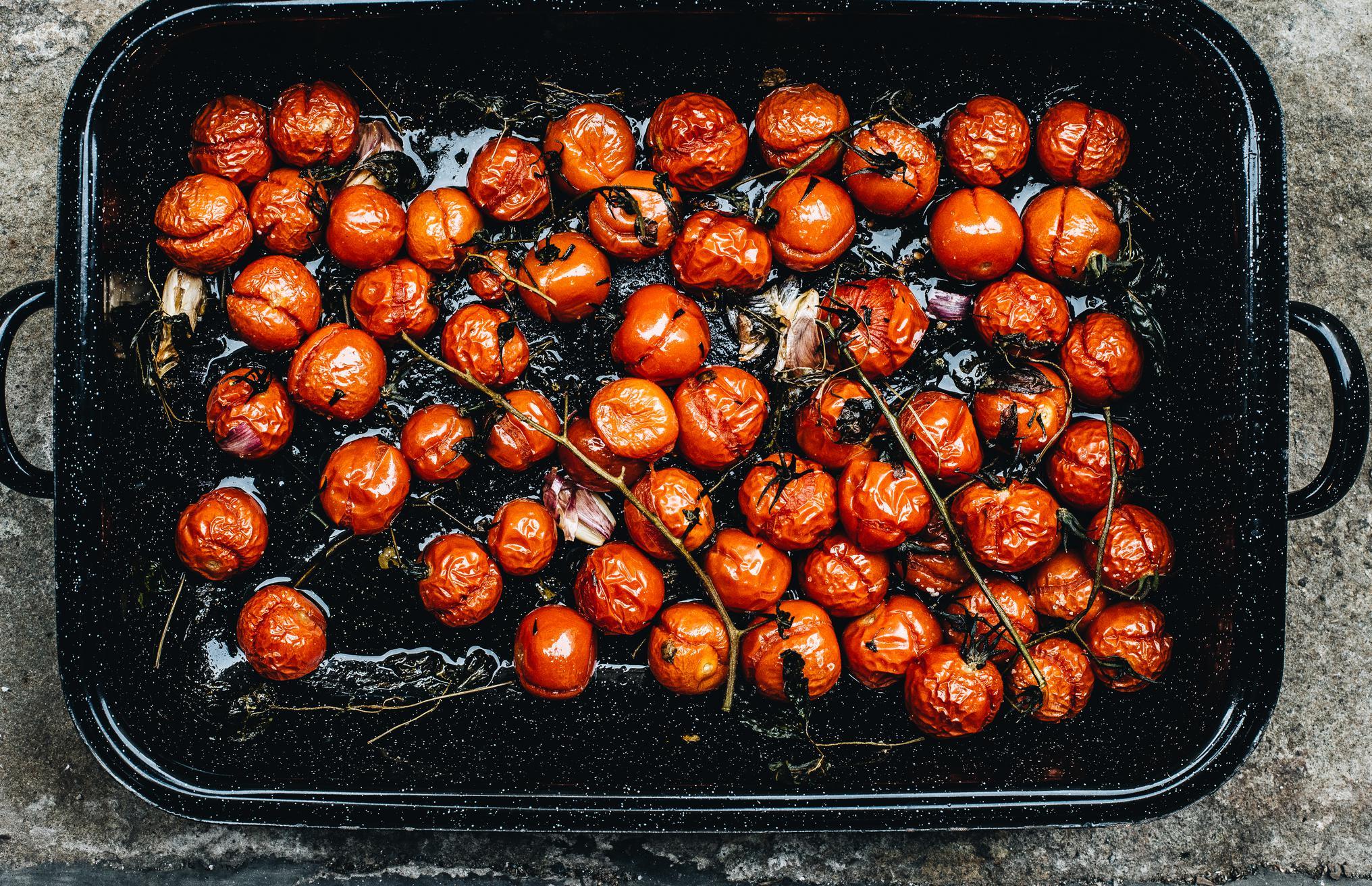 Im Ofen gebackene Tomaten mit Kräutern