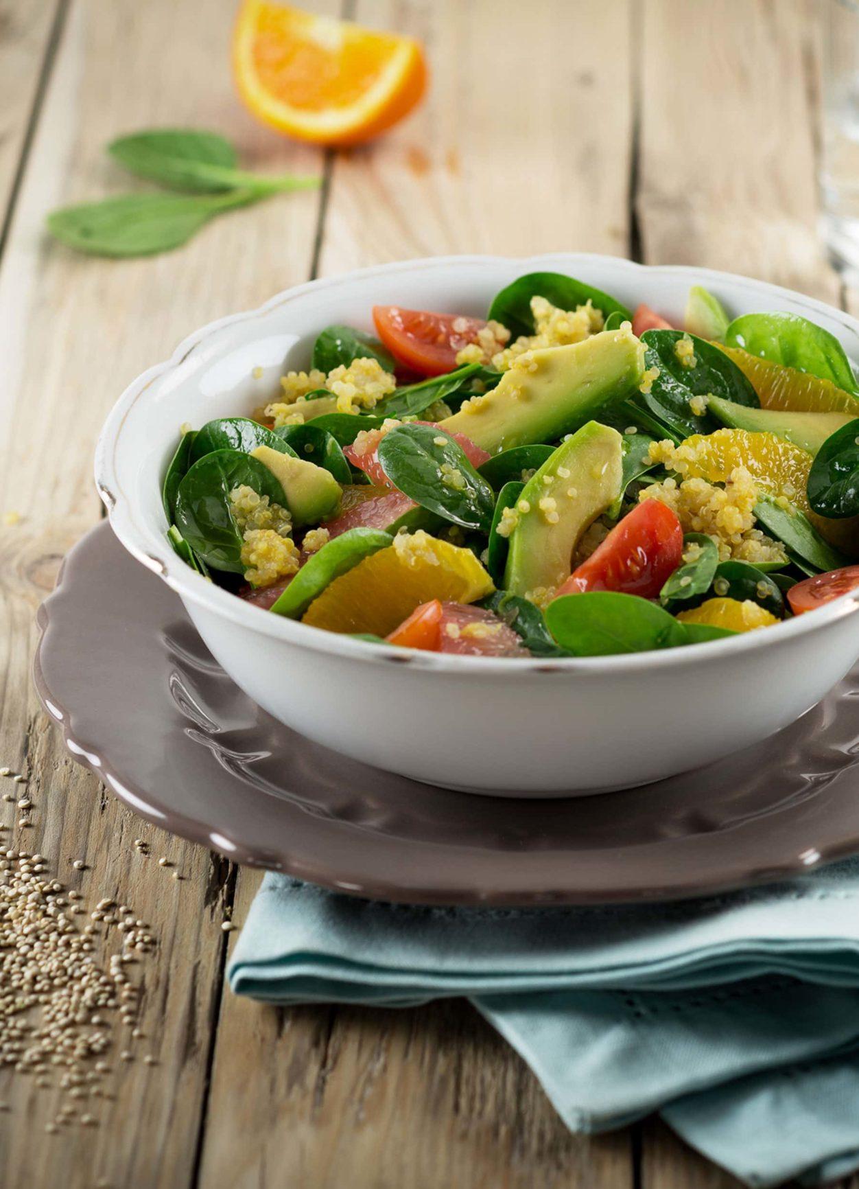 Quinoa-Spinat-Bowl mit Avocado und Orange