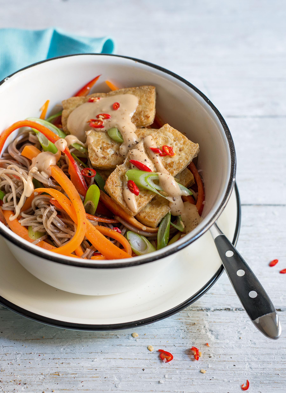 Soba-Tofu-Bowl mit Erdnuss-Chili-Sauce