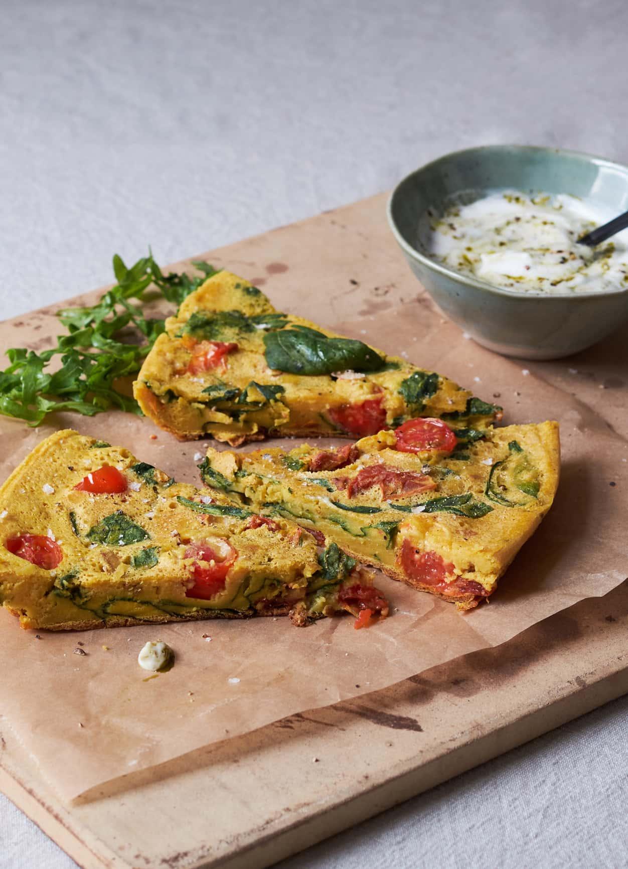 Vegane Frittata mit Joghurt-Pesto-Dip und Salat
