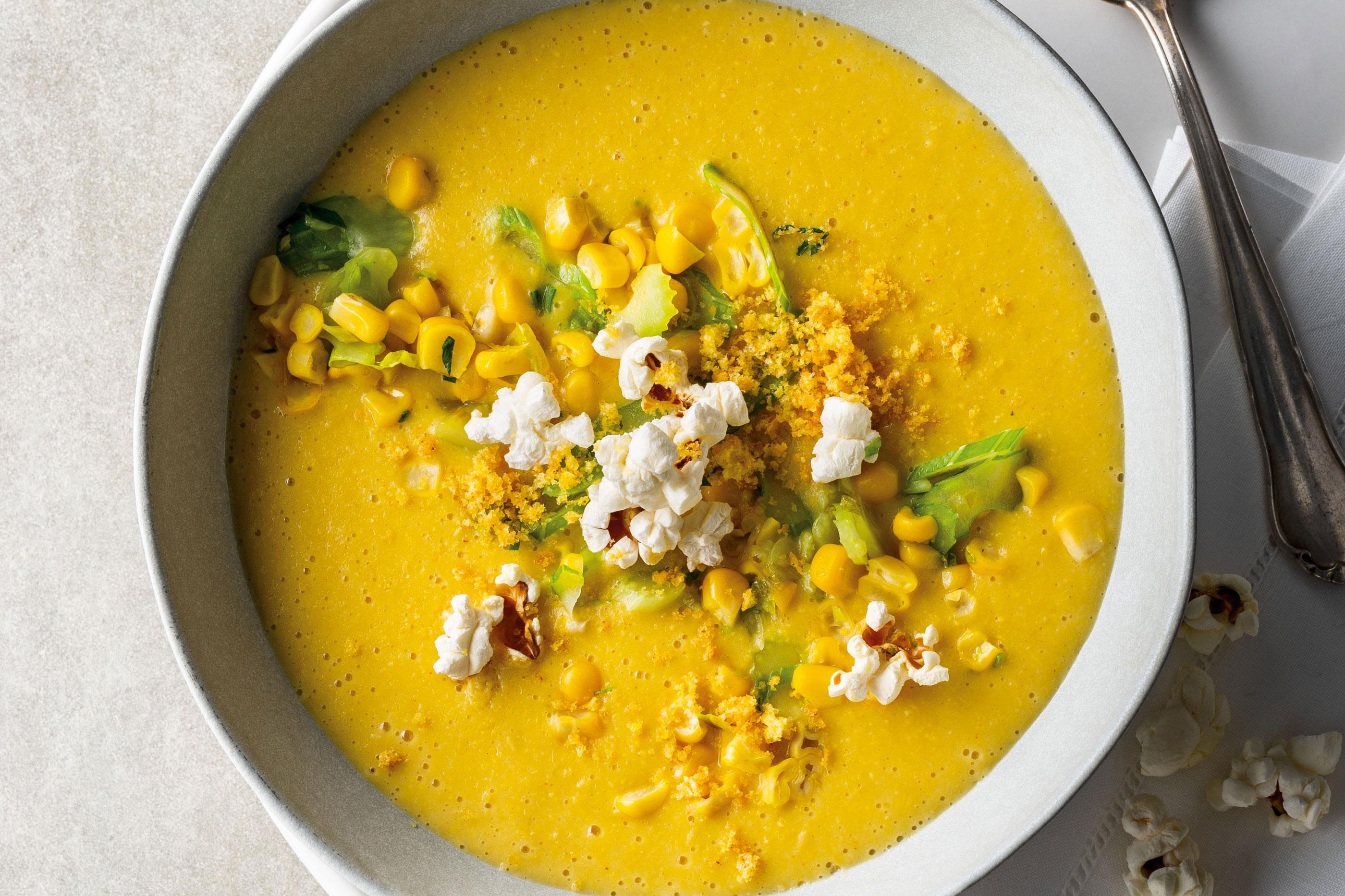 Maiscreme-Suppe mit Maisgemüse und Popcorn von Stevan Paul