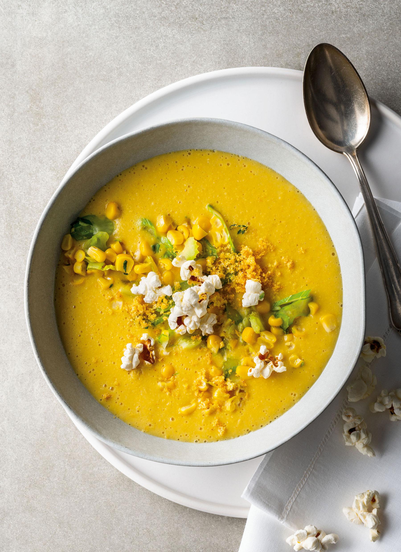 Maiscreme-Suppe mit Maisgemüse und Popcorn