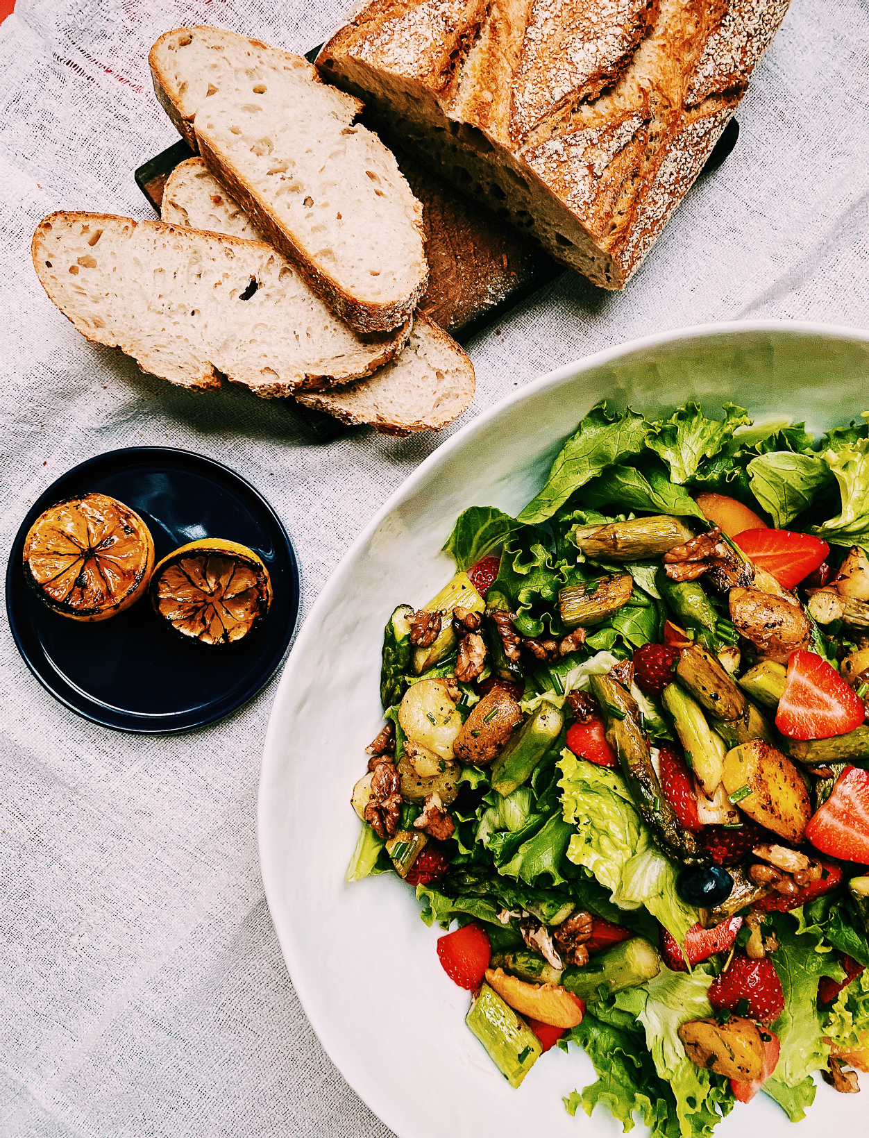 Grüner Salat mit Spargel, Beeren und gegrillten Zitronen