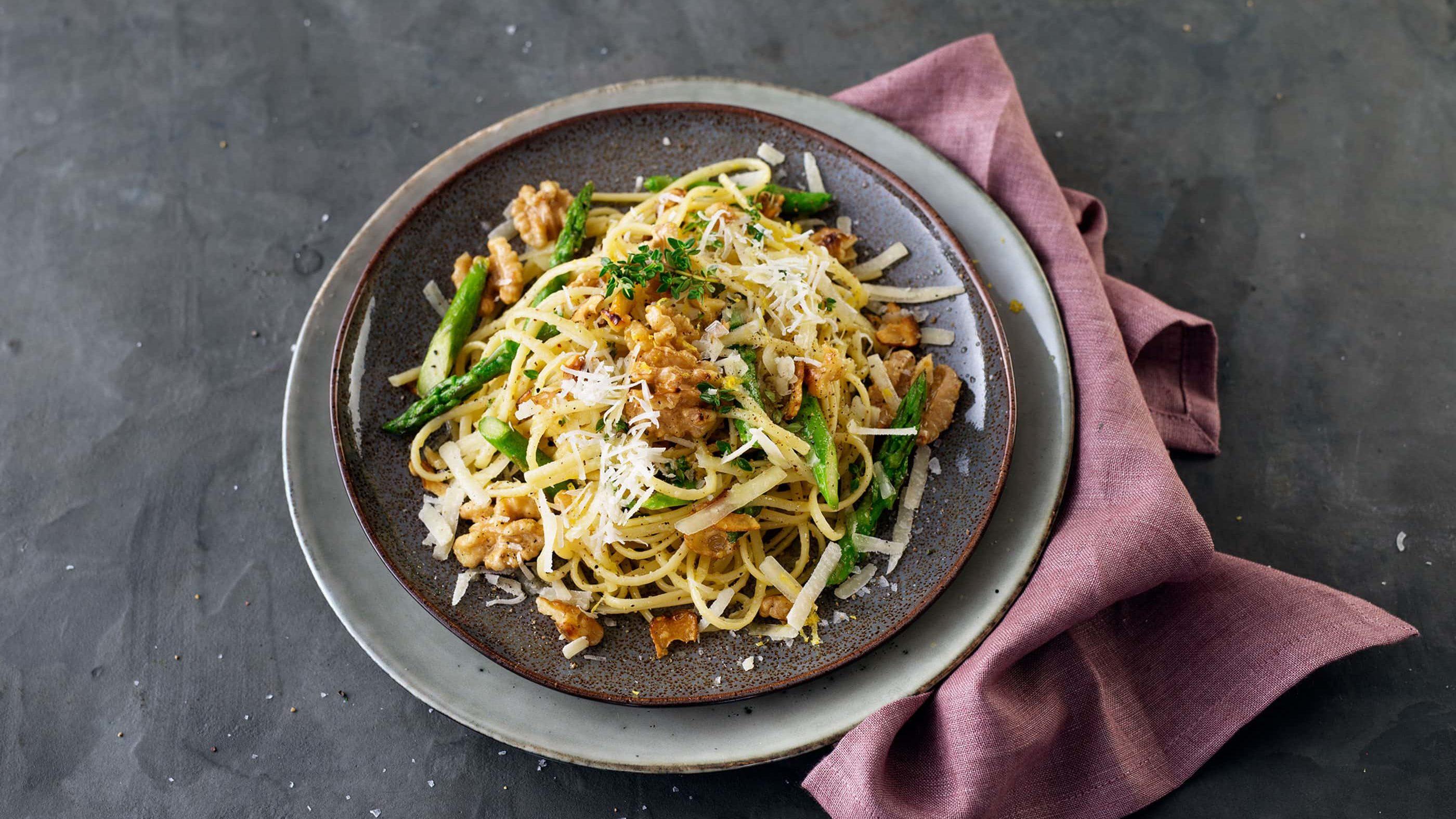 Nudeln mit grünem Spargel, Walnüssen und Parmesan