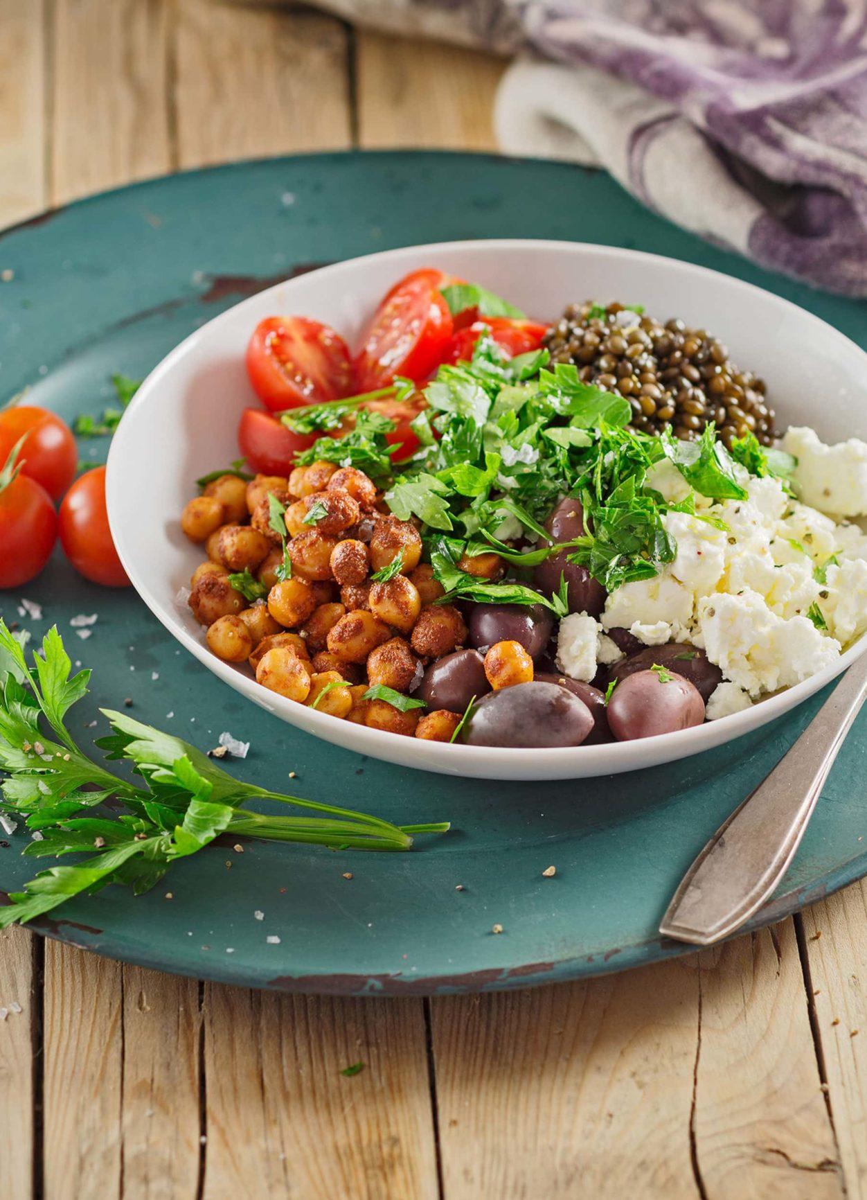 Kichererbsen-Linsen-Bowl mit Feta und Oliven
