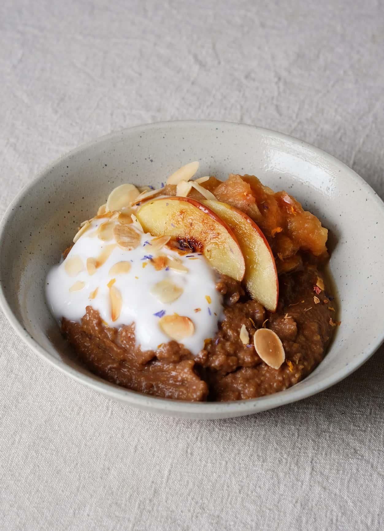 Schoko-Polenta mit Apfel-Ingwer-Mus und Kokosjoghurt