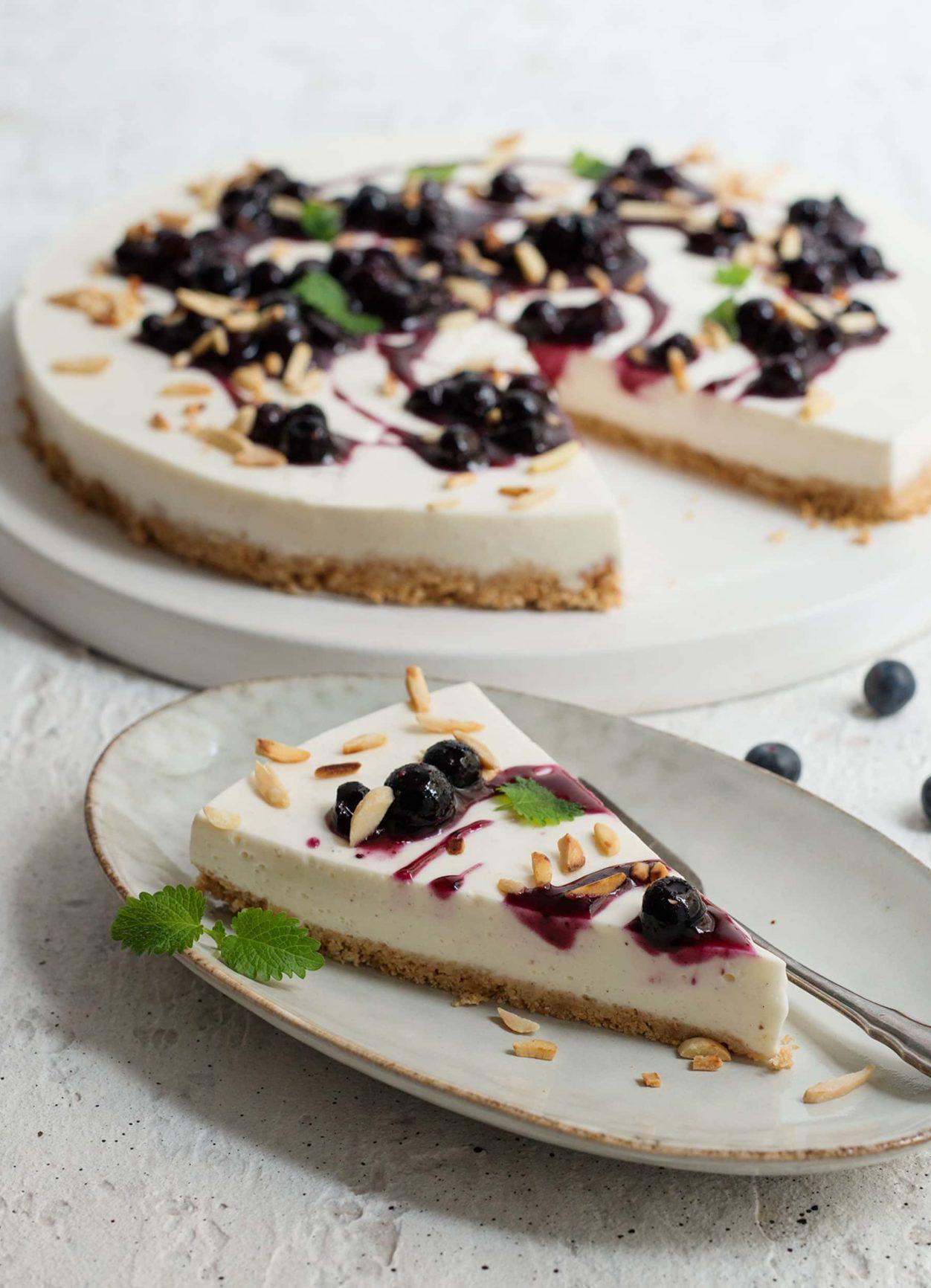 No-Bake-Cheesecake mit Heidelbeersauce und Mandeln