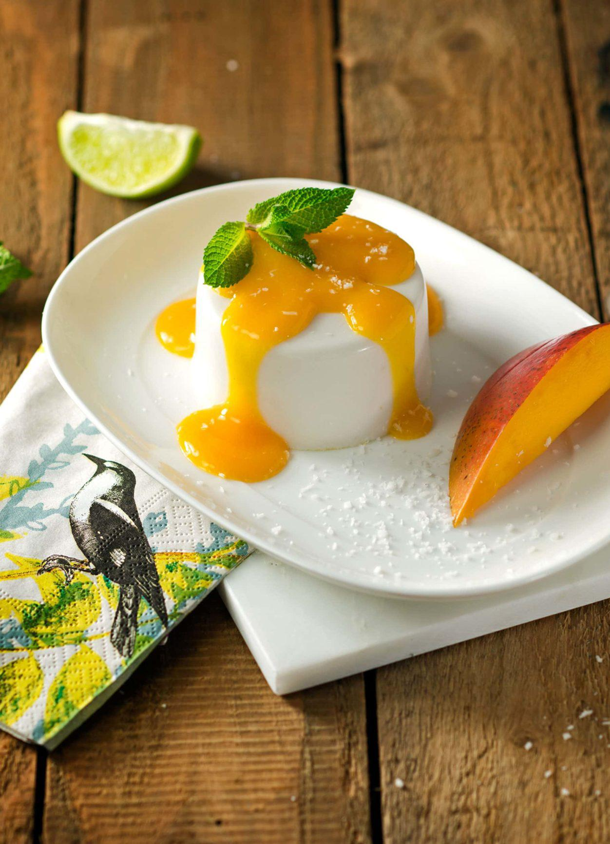 Vegane Kokos Panna Cotta mit Mangopüree