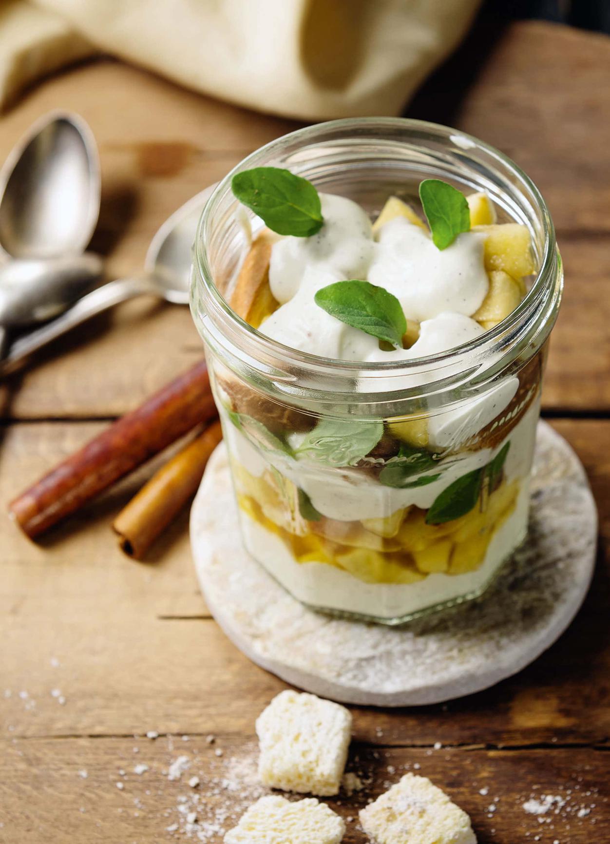 Einfaches Apfel-Joghurt Dessert im Glas