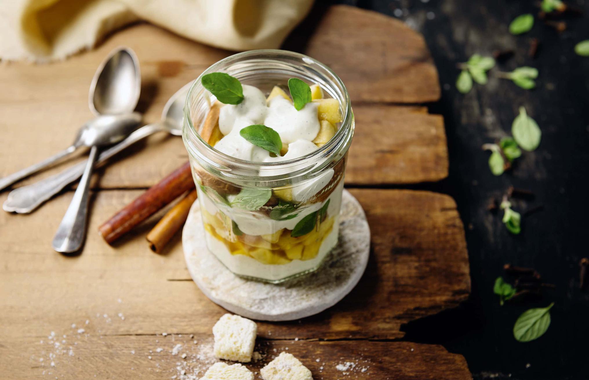 Apfel-Joghurt-Dessert im Glas