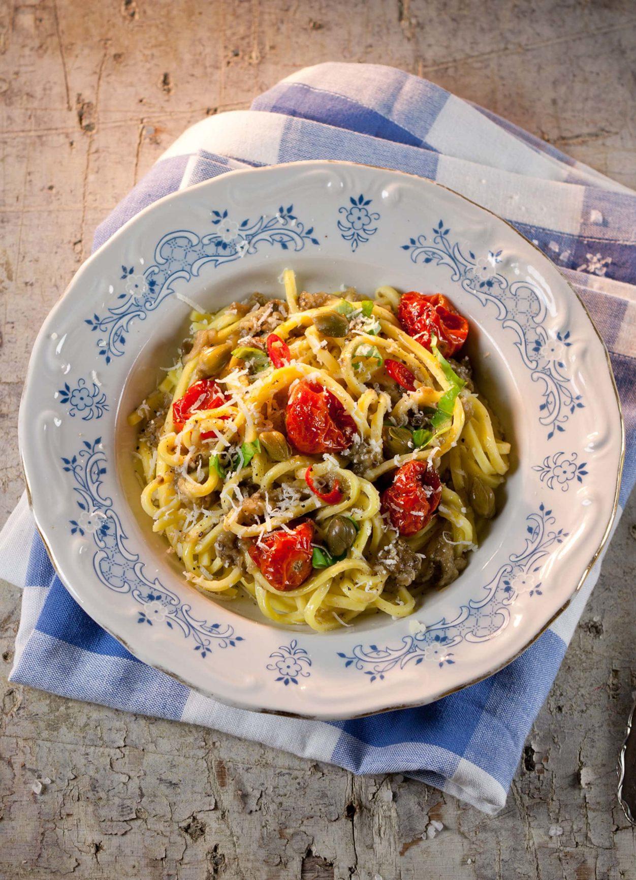 Pasta alla Norma mit gebratener Melanzani und Tomaten