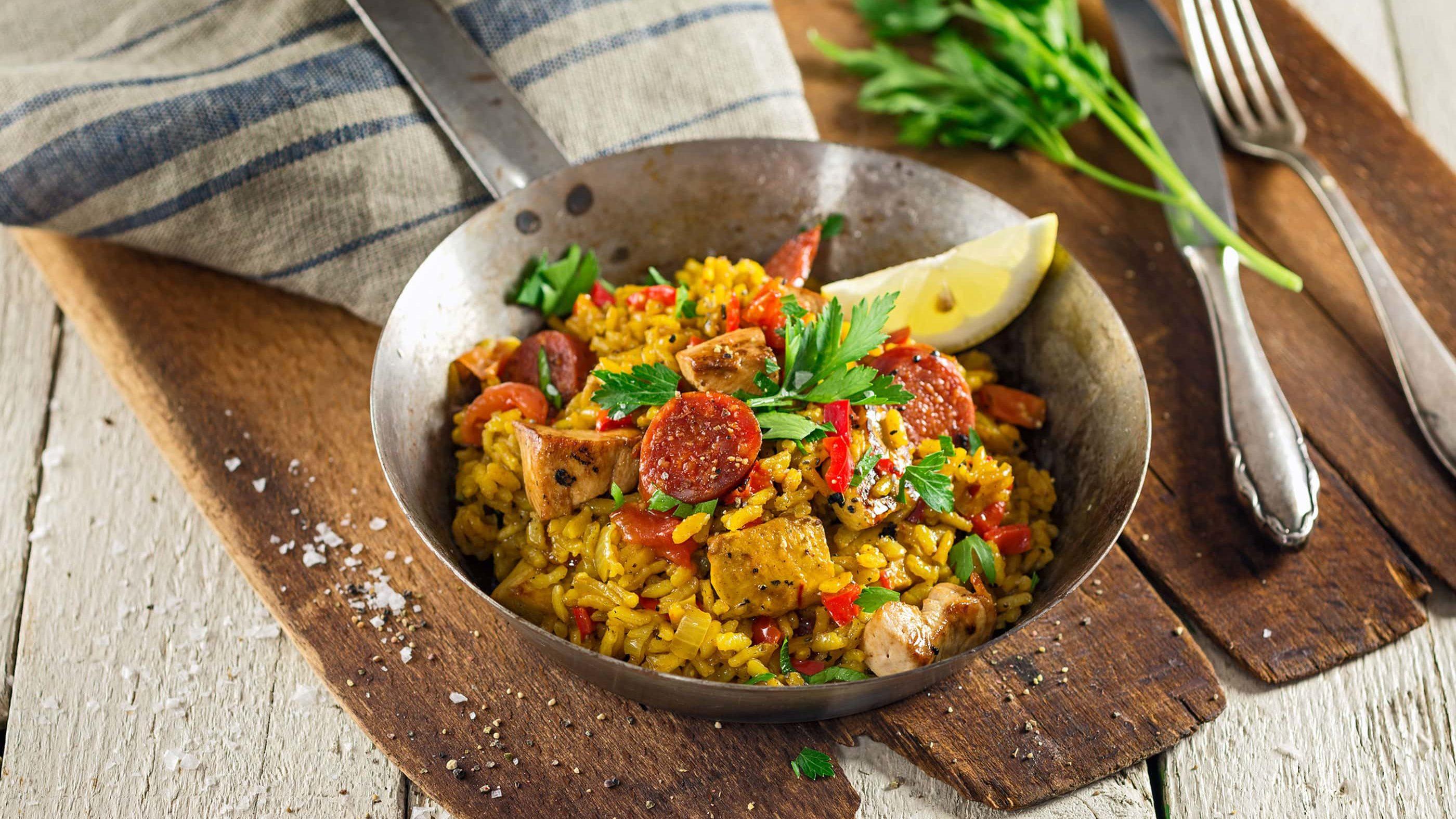 Paella Reispfanne mit Huhn, Chorizo und Safran