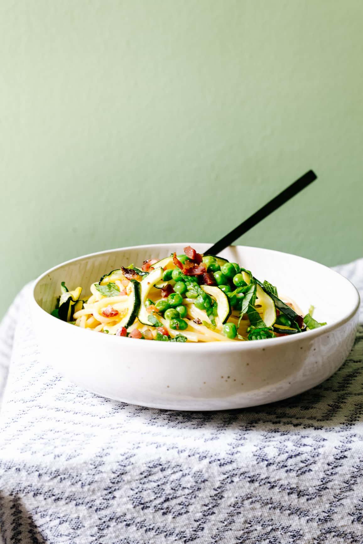 Sommerliche Carbonara mit Zucchini, Erbsen und Minze