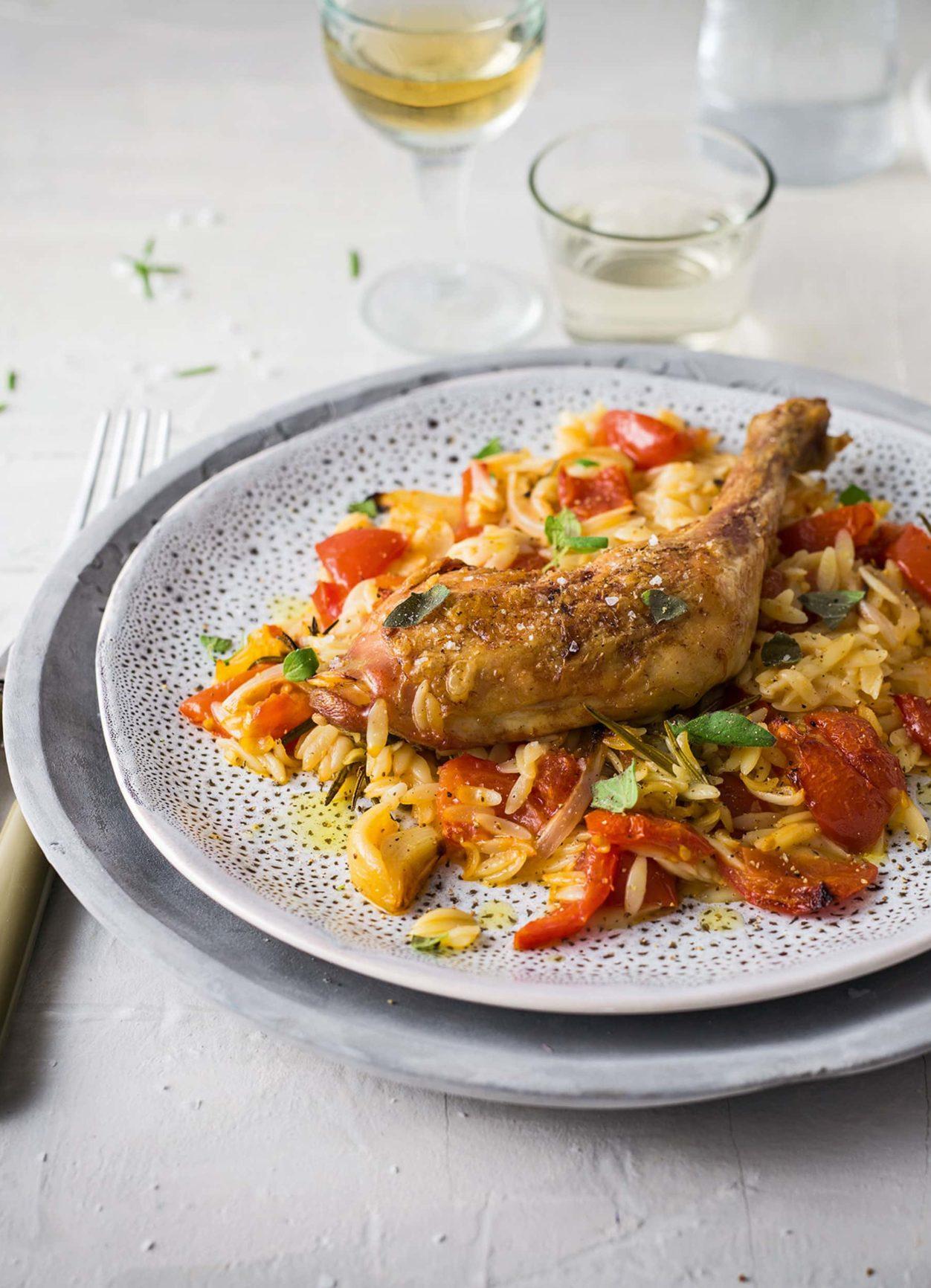 Griechisches Giouvetsi mit Huhn und Kritharaki