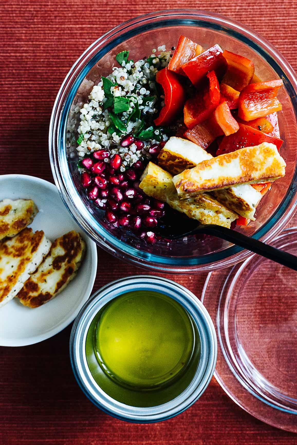 Orientalischer Bulgur-Quinoasalat mit Paprika, Halloumisticks und Granatapfel