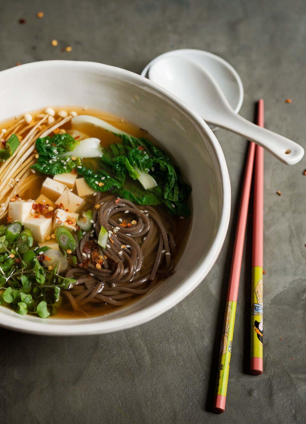 Miso Suppe mit Sobanudeln, Pak Choi, Enoki und Silk Tofu