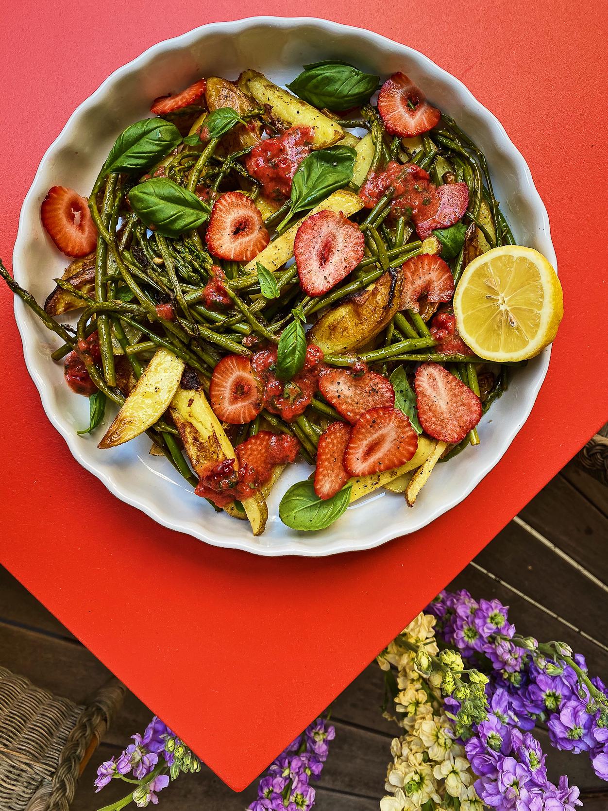 Lauwarmer Spargel-Kartoffelsalat mit Erdbeersalsa