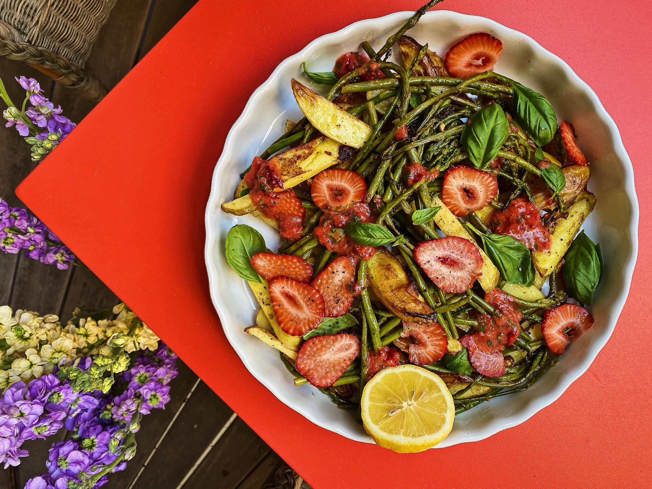 Warmer-Kartoffel-Spargelsalat-mit-Erdbeersalsa