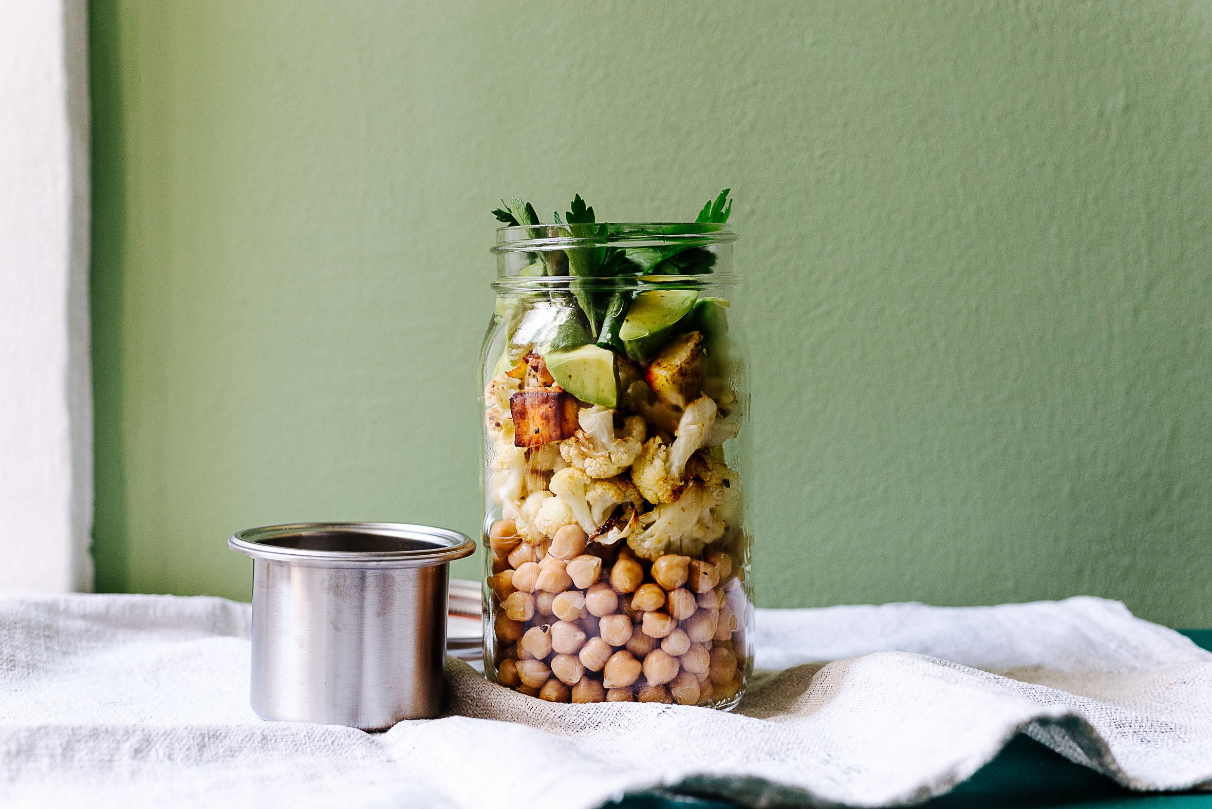 Kichererbsen mit geröstetem Blumenkohl, Avocado und Halloumi im Glas