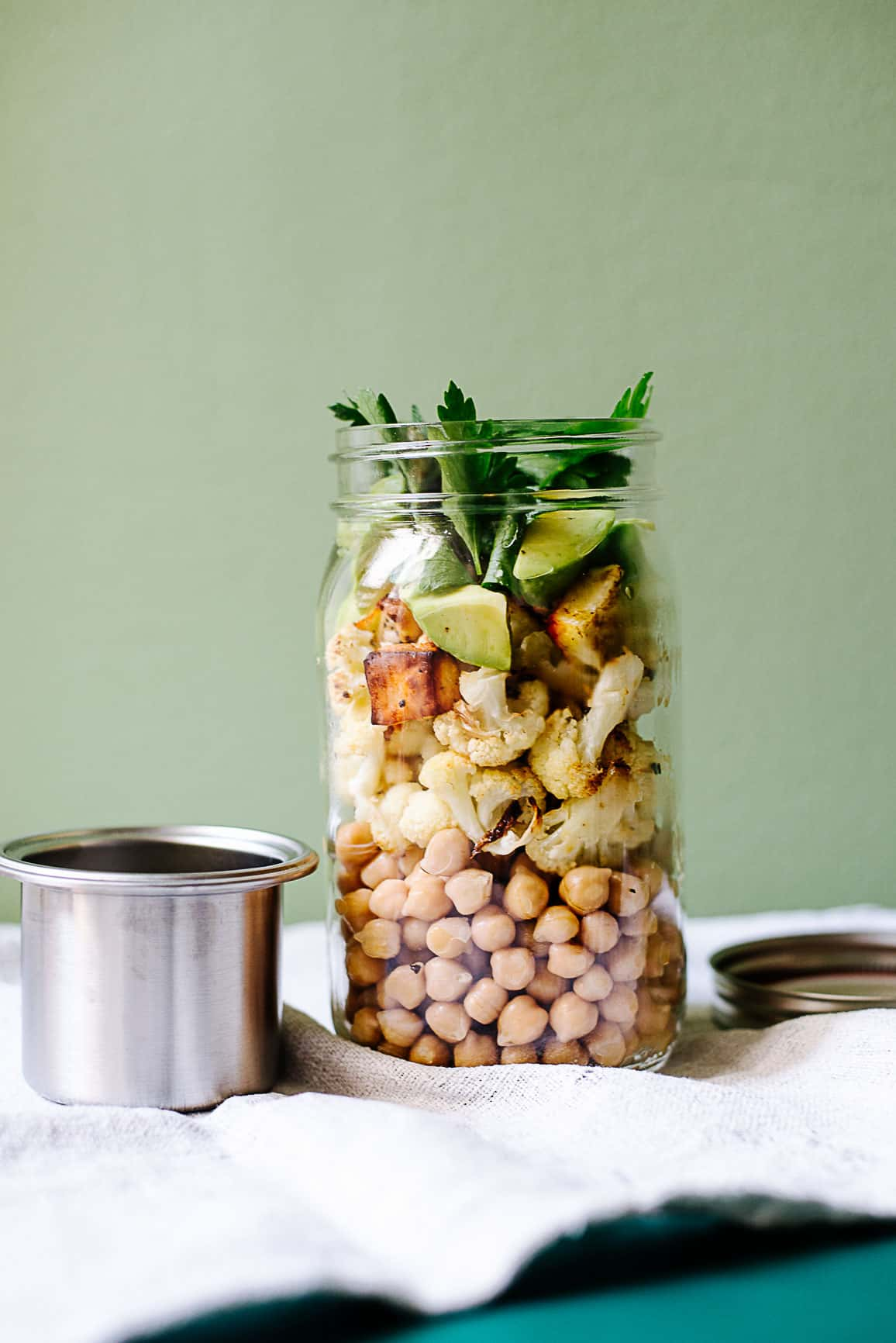 Kichererbsen mit geröstetem Blumenkohl, Avocado und Halloumi