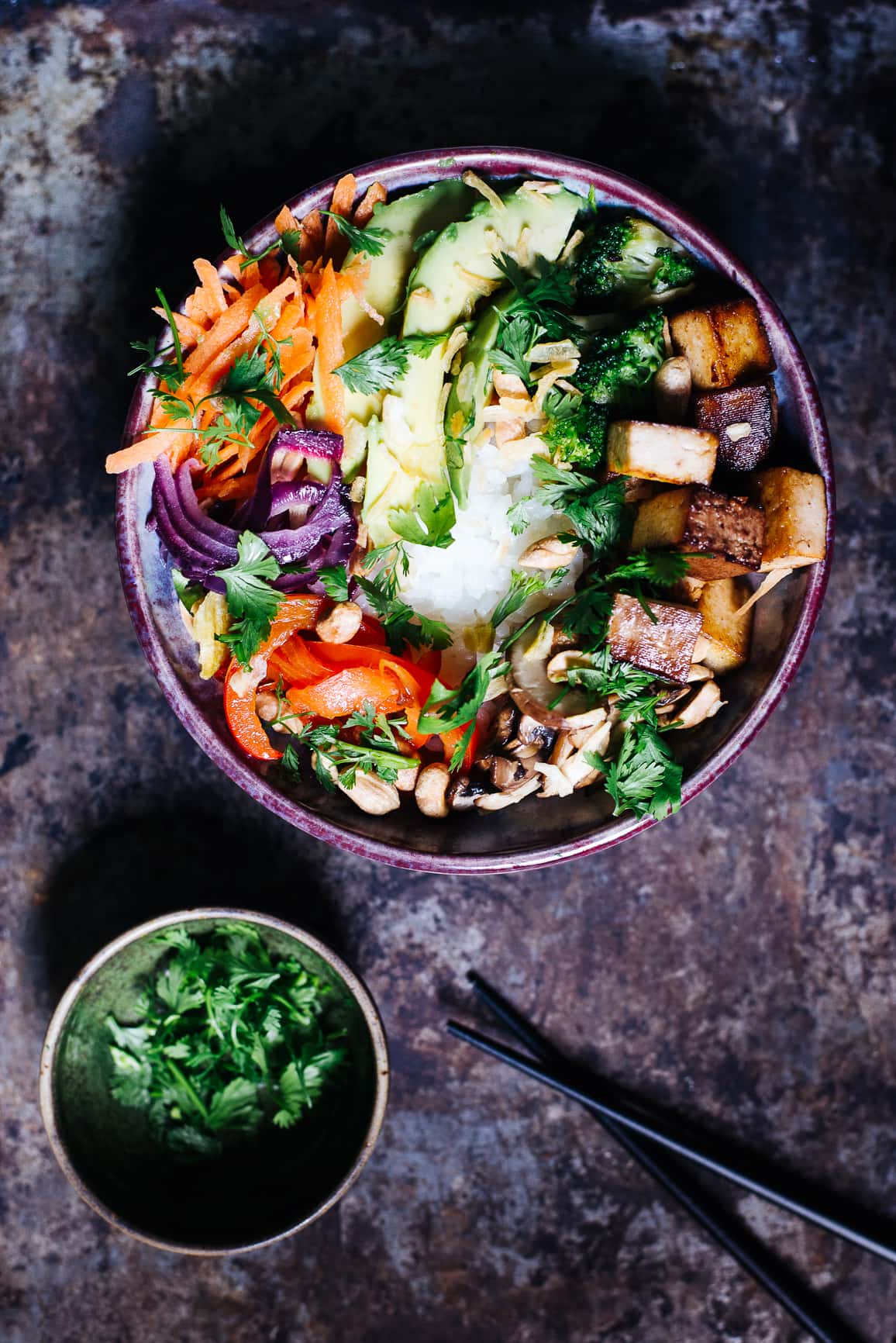 Vegane Buddha Bowl mit knusprigen Toppings