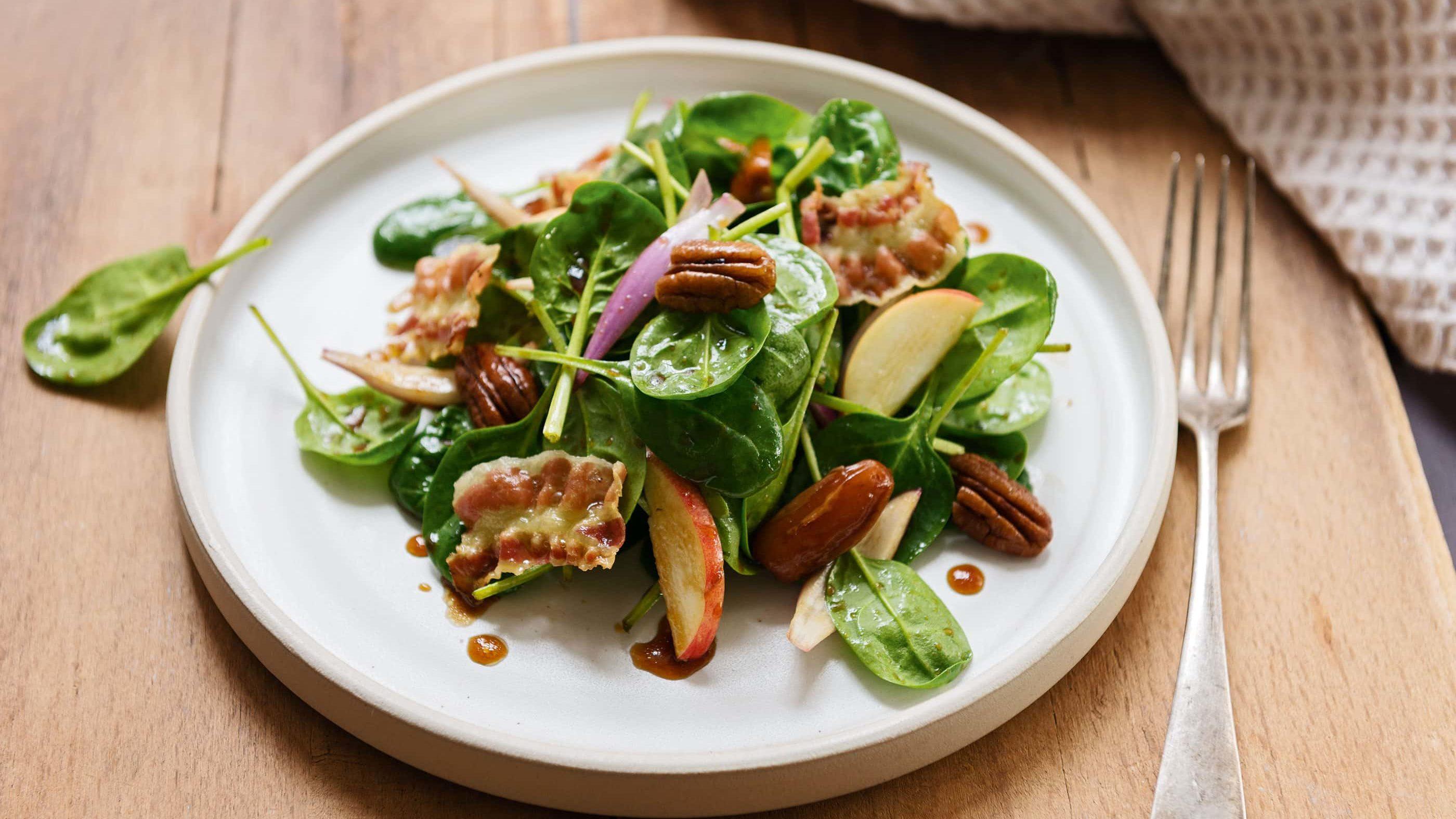 Babyspinat Salat mit Pekannuessen, Apfel und Speck