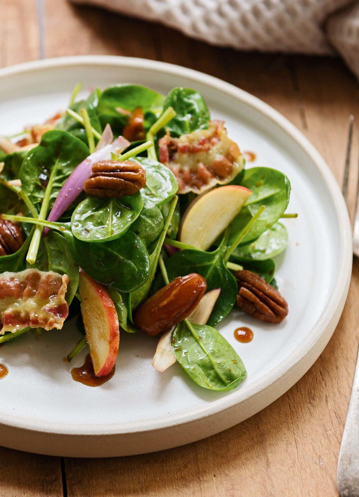 Babyspinatsalat mit Pekannüssen, Datteln und Speck