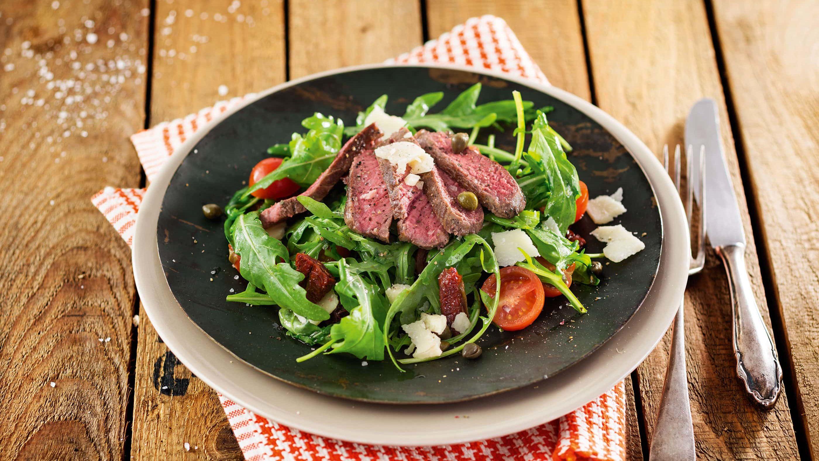 Rindfleisch-Rucola-Salat mit Cherrytomaten, Kapern und Grana