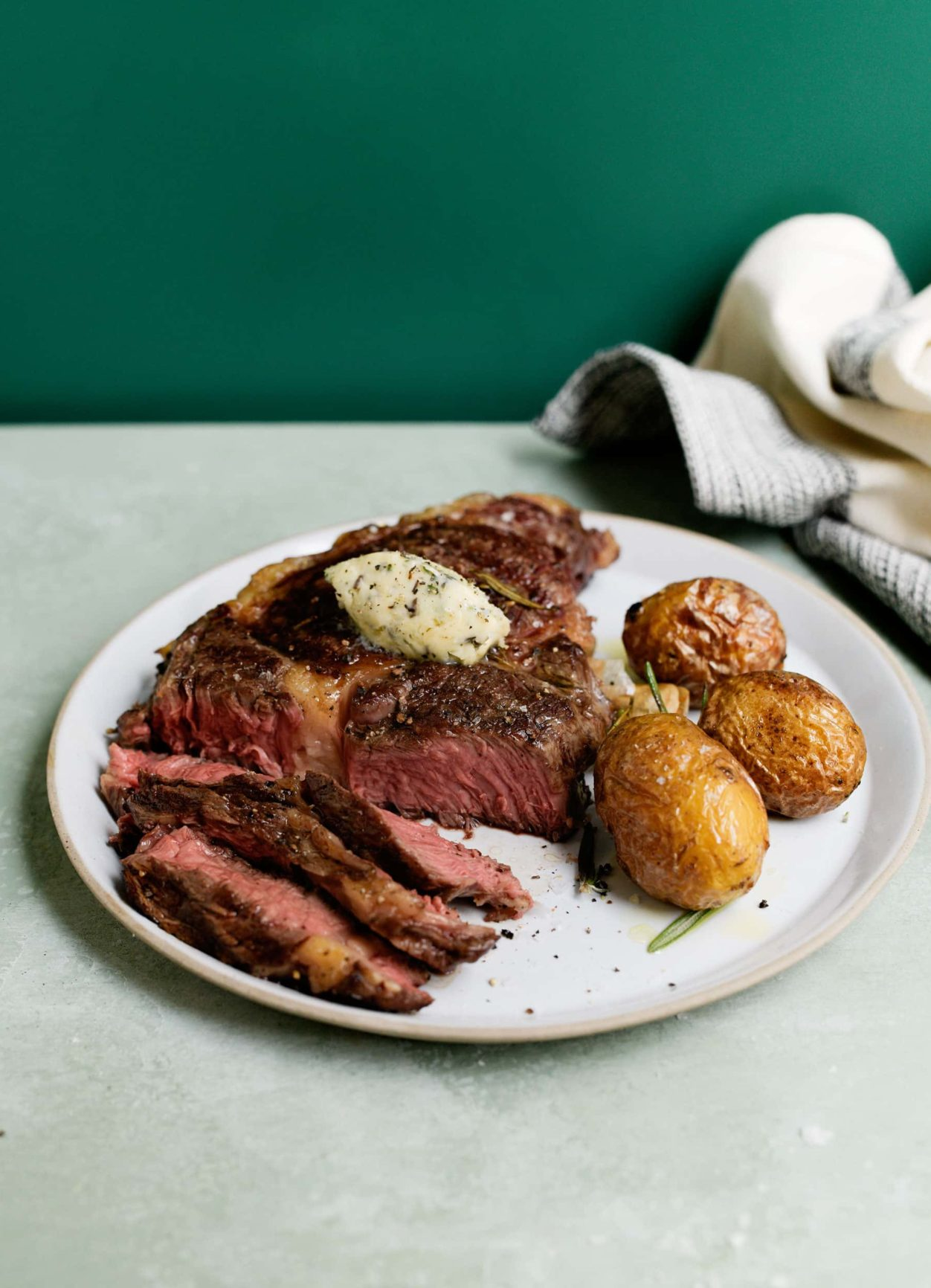 Rib-Eye Steak mit Kräuterbutter und Rosmarinkartoffeln