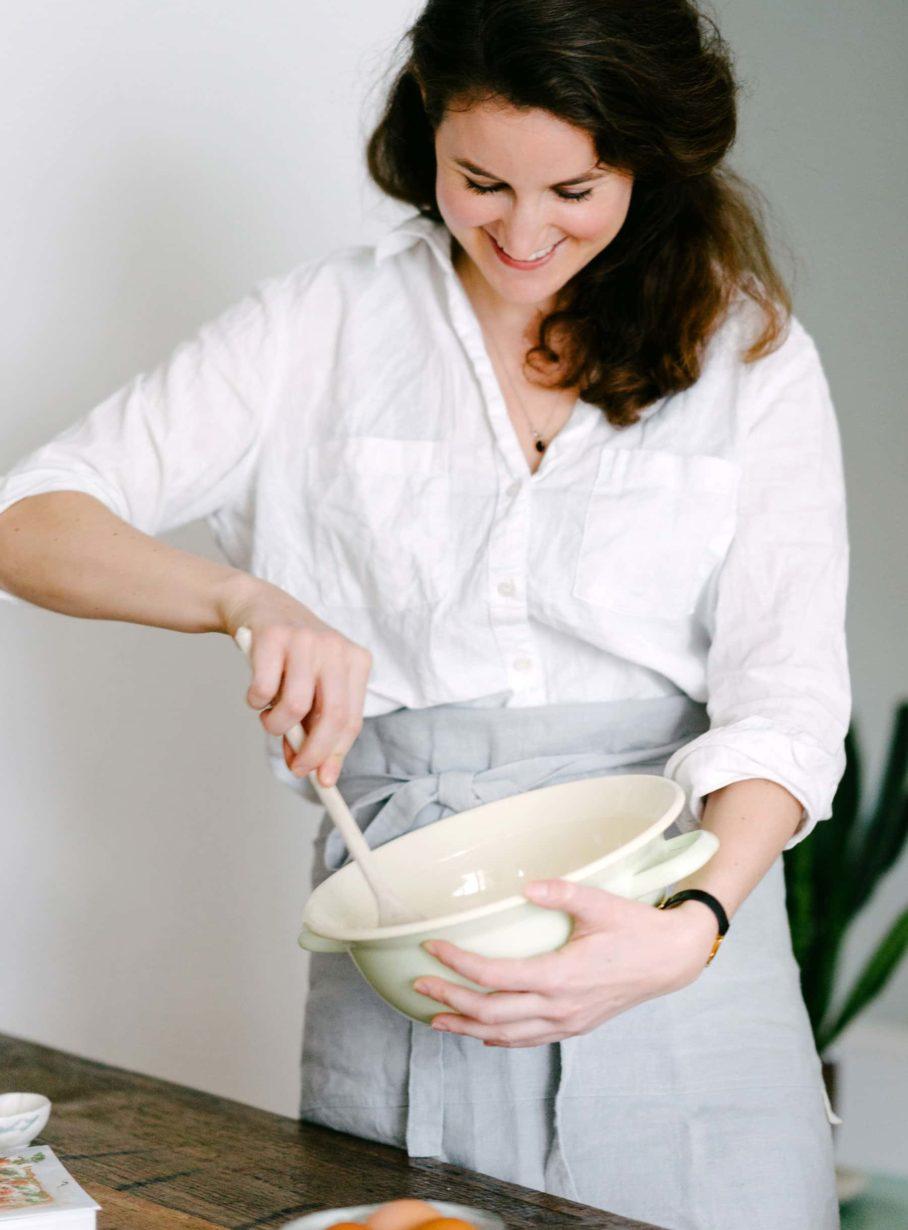Eva Fischer mit Rührschüssel