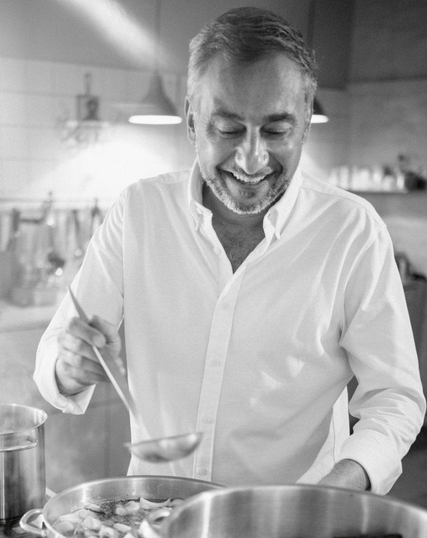 Stevan Paul beim Kochen mit Suppenkelle